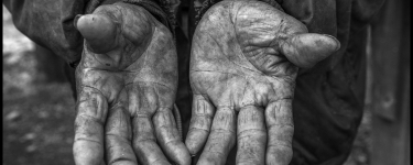 The hands of Manuel Ortiz show a life of work. Yakima, Washington, 2015. The David Bacon Archive, Department of Special Collections, Stanford Libraries.